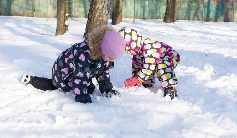 Niño que juega en día nevoso del invierno En la naturaleza imágenes de archivo libres de regalías