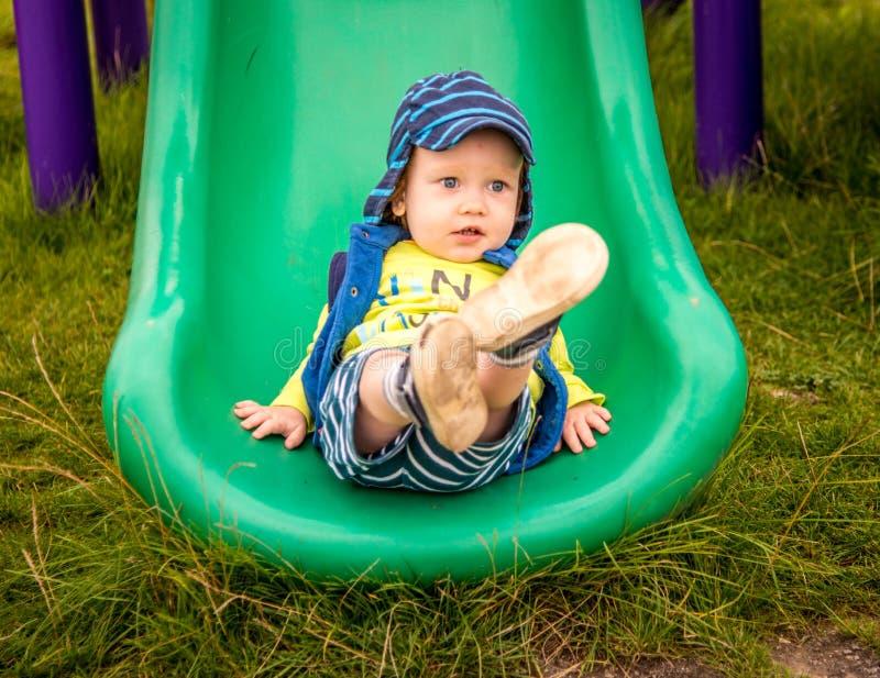 Niño que juega en el patio foto de archivo
