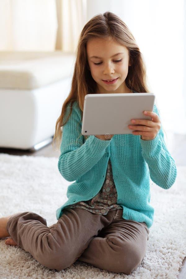 Niño que juega en ipad fotos de archivo