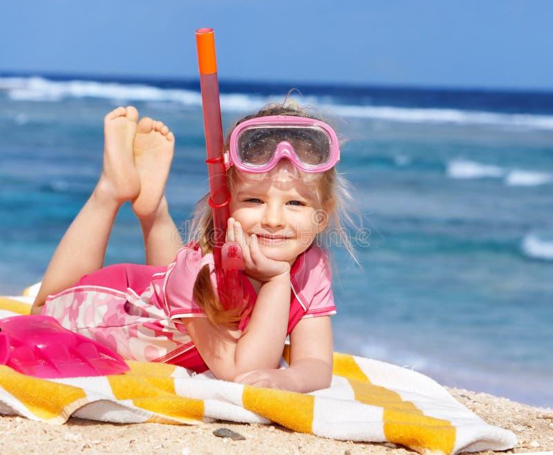 Niño que juega en la playa. foto de archivo