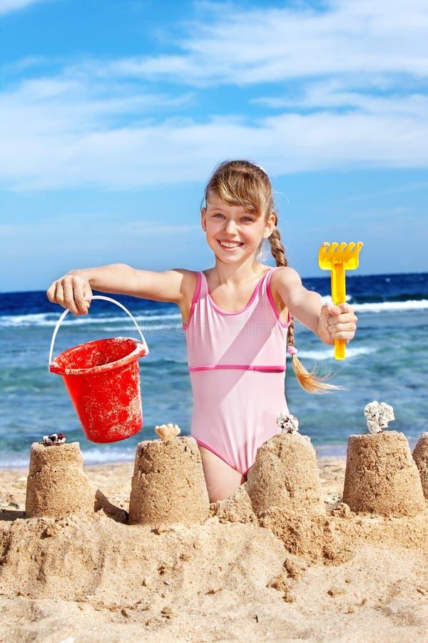 Niño que juega en la playa. fotografía de archivo libre de regalías