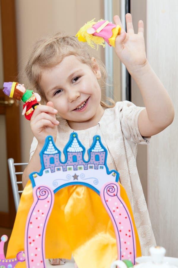 Niño que juega feliz con el teatro del dedo foto de archivo libre de regalías