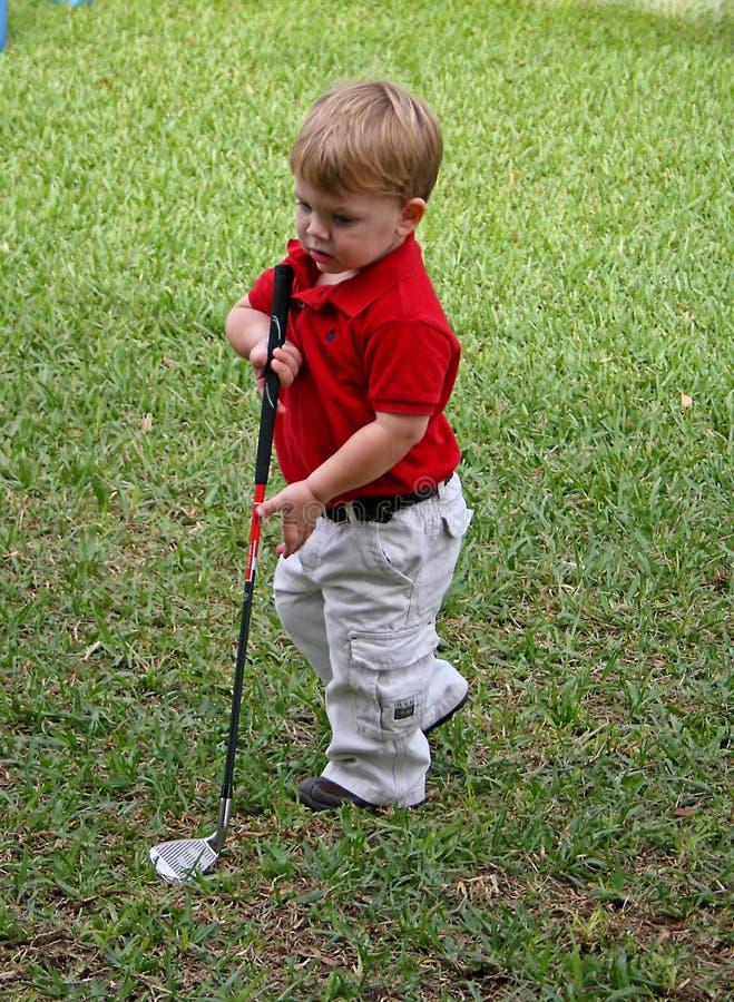 Niño que juega a golf fotos de archivo libres de regalías
