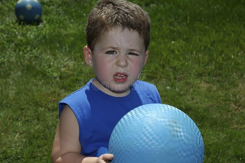 Niño que juega la bola imagen de archivo libre de regalías