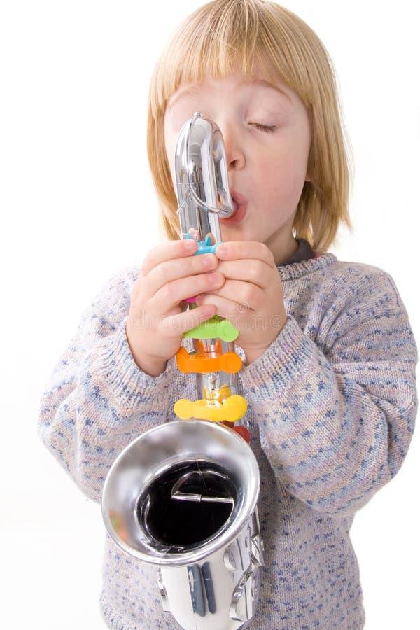 Niño que juega música en el saxofón foto de archivo libre de regalías
