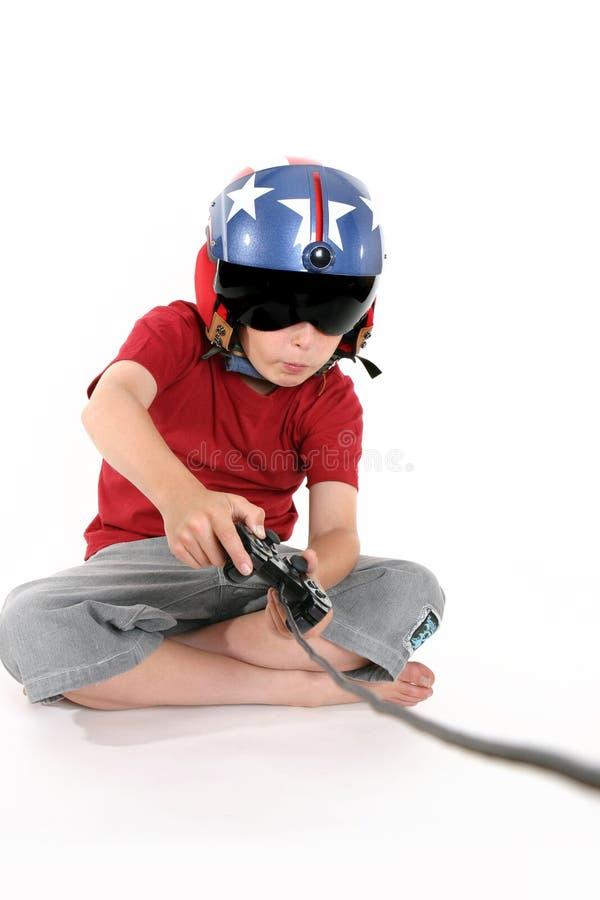 Niño que juega a un juego foto de archivo