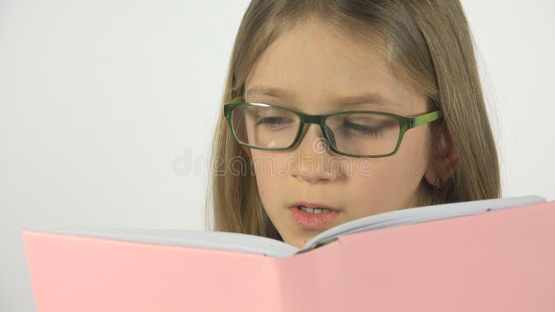 Niño que lee un libro, estudiante Kid Learn, el estudiar del retrato de las lentes de la colegiala imagen de archivo