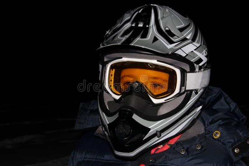 Niño que lleva un casco de ATV en la noche fotos de archivo libres de regalías