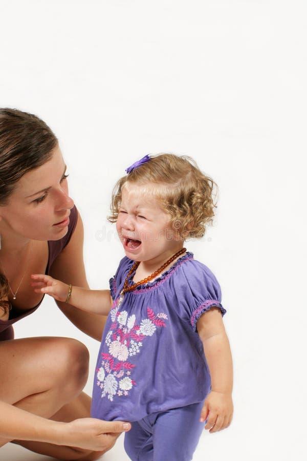 niño que llora de la consolación de la madre imágenes de archivo libres de regalías