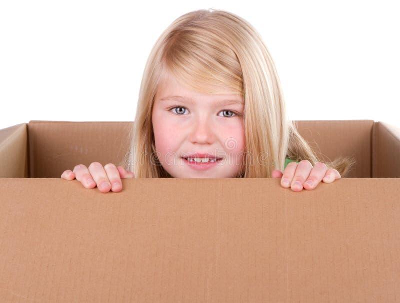 Niño que mira fuera de un rectángulo fotografía de archivo