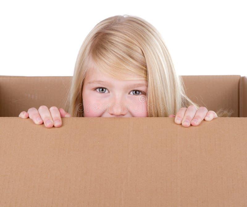 Niño que mira fuera de un rectángulo fotos de archivo libres de regalías