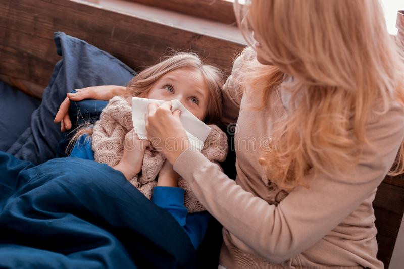 Niño que mira a la madre imagen de archivo libre de regalías