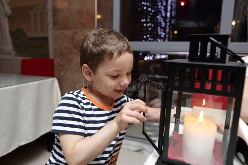 Niño que mira la vela fotografía de archivo libre de regalías