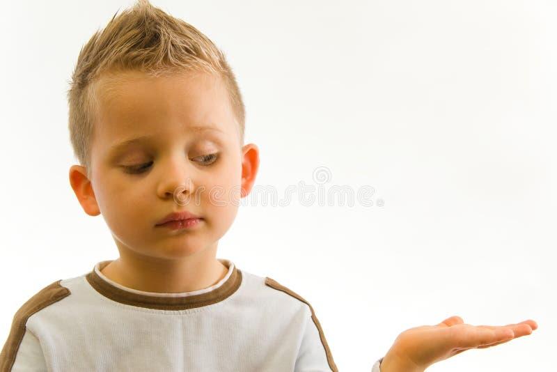 Niño que muestra algo en la mano fotos de archivo libres de regalías