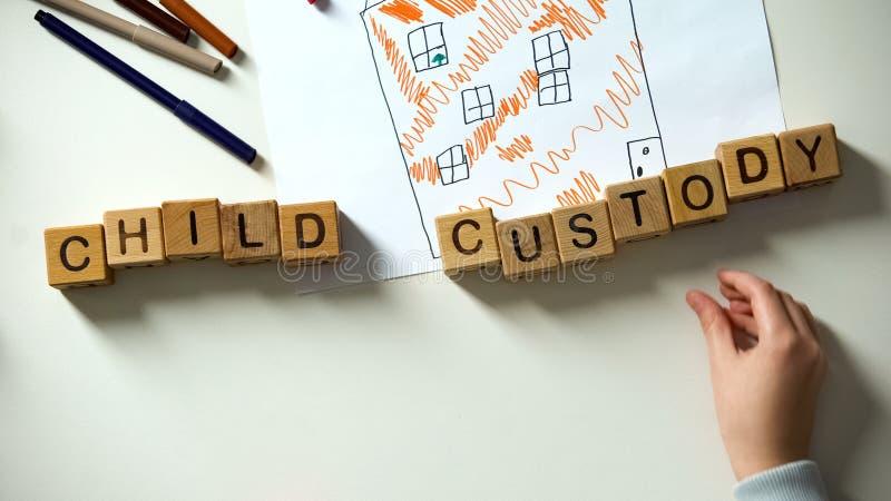 Ni?o que pone frase de la custodia de los hijos en imagen de la casa, la adopci?n y el concepto de la caridad fotos de archivo