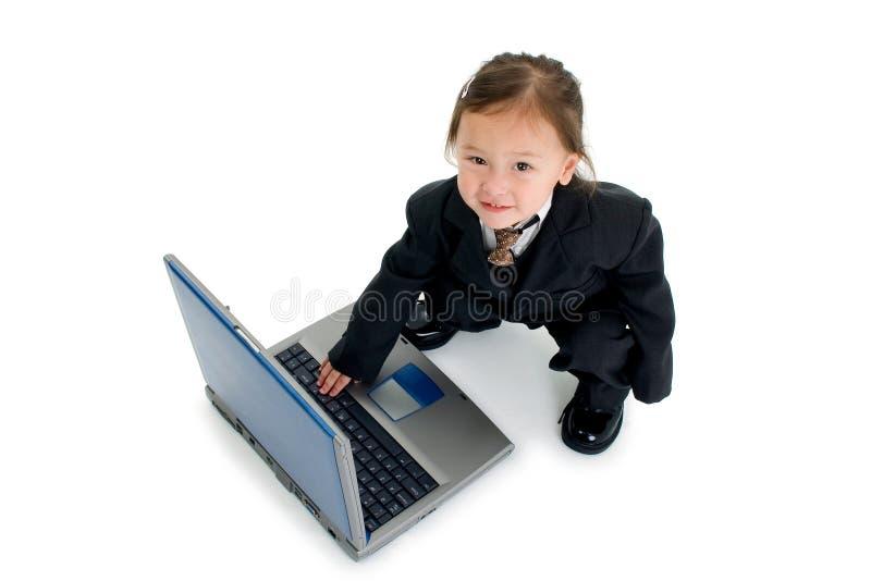 Niño que pulsa en la computadora portátil fotografía de archivo