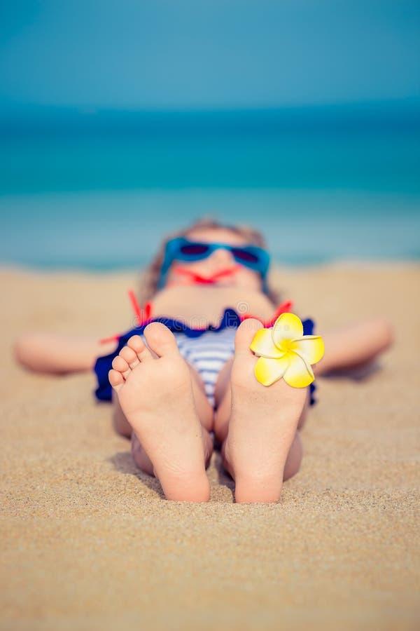 Niño que se relaja en la playa imágenes de archivo libres de regalías