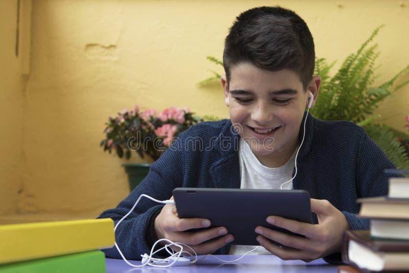 Niño que se sienta con la tableta imagen de archivo libre de regalías