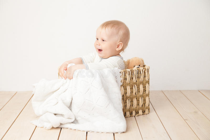 Niño que se sienta en cubo con la manta fotografía de archivo libre de regalías