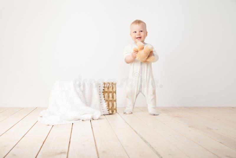 Niño que sonríe en la cámara foto de archivo