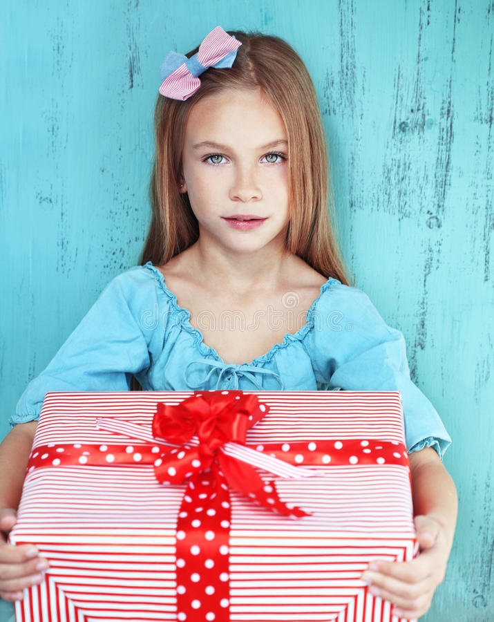 Niño que sostiene el regalo grande imagen de archivo