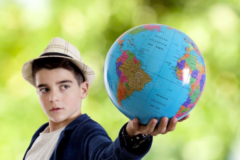 Niño que sostiene la bola fotos de archivo