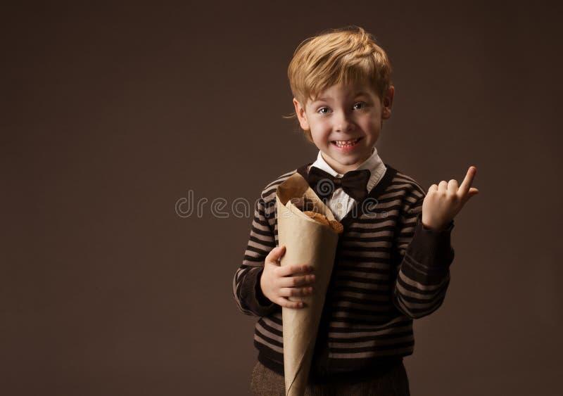 Niño que sostiene los dulces foto de archivo libre de regalías