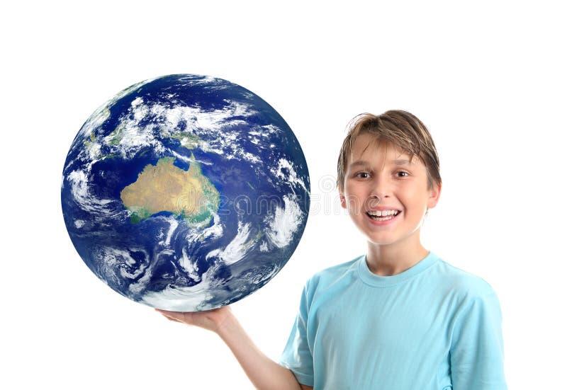Niño que sostiene nuestro mundo que muestra Australia imagen de archivo libre de regalías