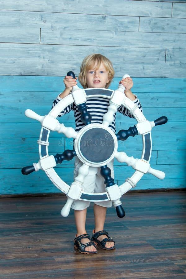 Niño que sostiene un volante fotos de archivo