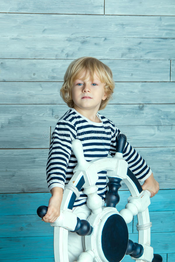 Niño que sostiene un volante fotografía de archivo