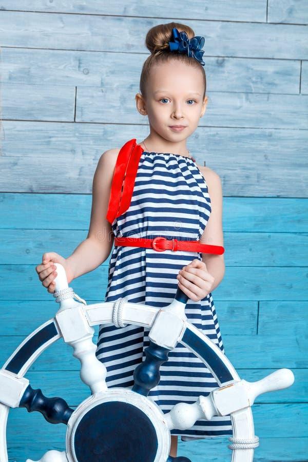 Niño que sostiene un volante foto de archivo
