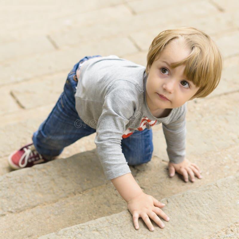Niño que sube en las escaleras imagen de archivo libre de regalías