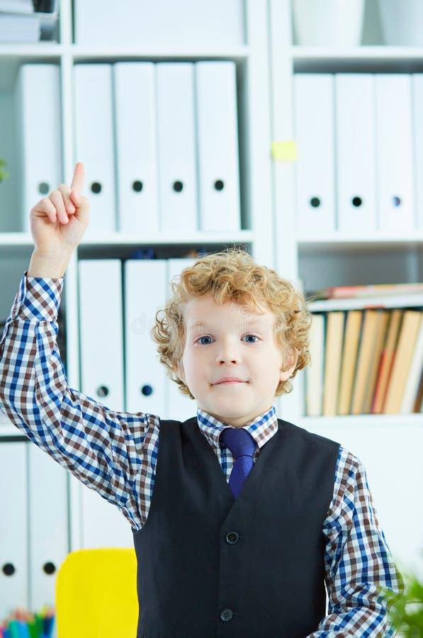 Niño que tiene un momento de Eureka Concepto de colegial del genio, de educación elemental y de aspiraciones del futuro fotografía de archivo