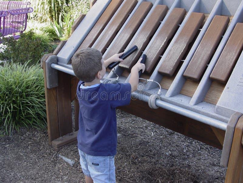 Niño que toca el xilófono