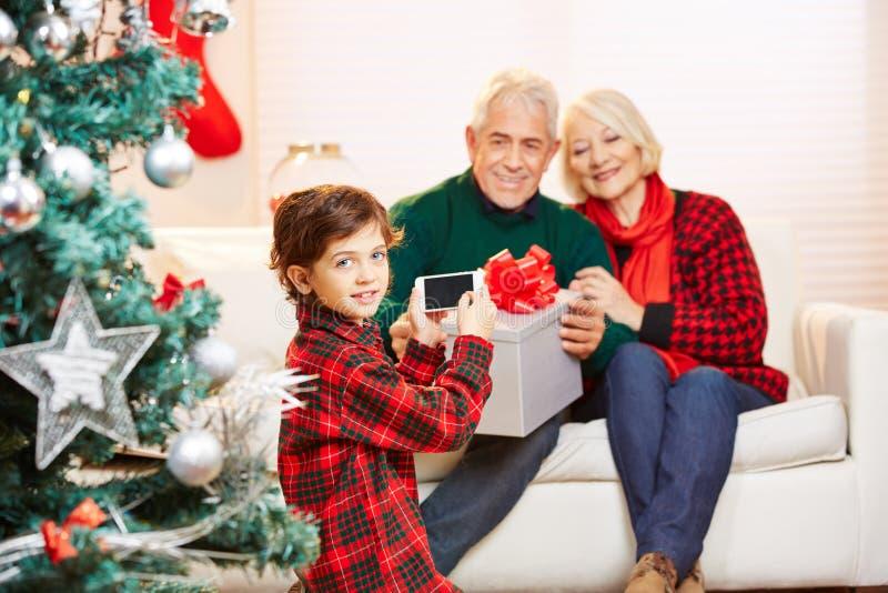 Niño que toma la foto de familia en la Navidad imagenes de archivo