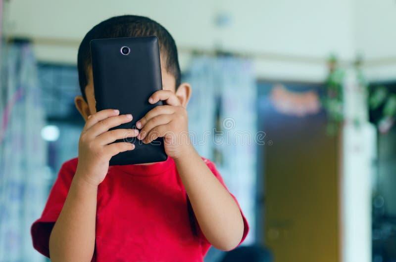 niño que toma la imagen con la cámara del teléfono móvil fotos de archivo libres de regalías