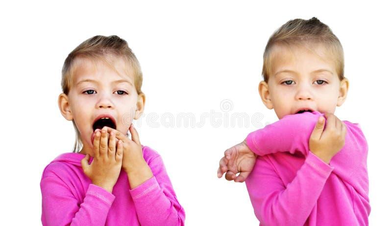 Niño que tose o que estornuda en codo imagen de archivo libre de regalías