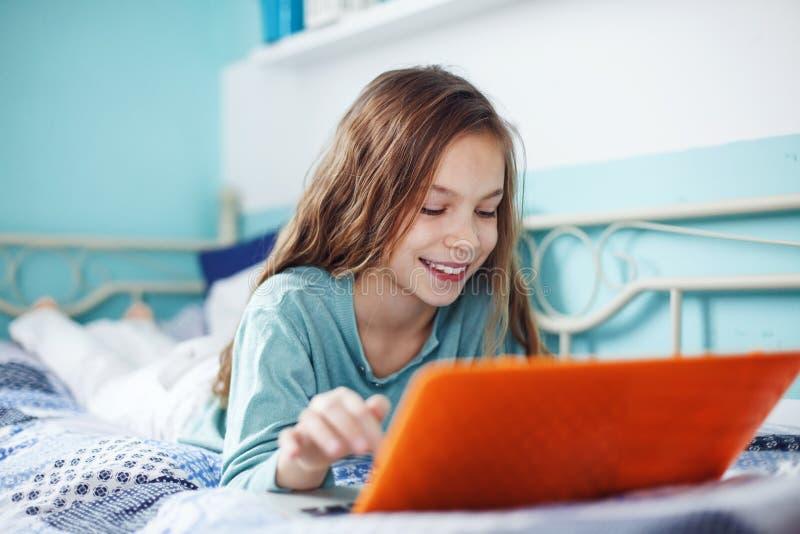 Niño que usa la computadora portátil imagenes de archivo
