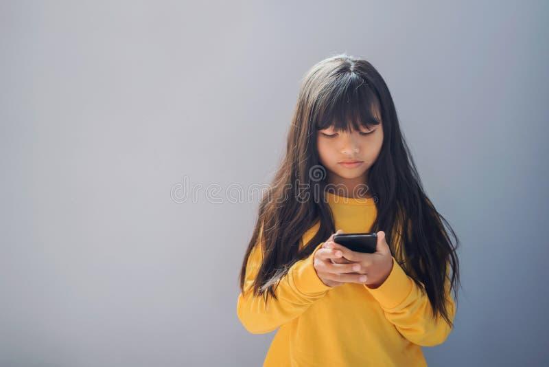 niño que usa móvil en azul fotografía de archivo