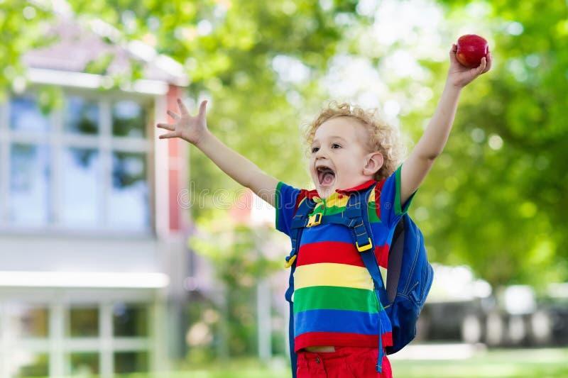 Niño que vuelve a la escuela, comienzo del año imagen de archivo