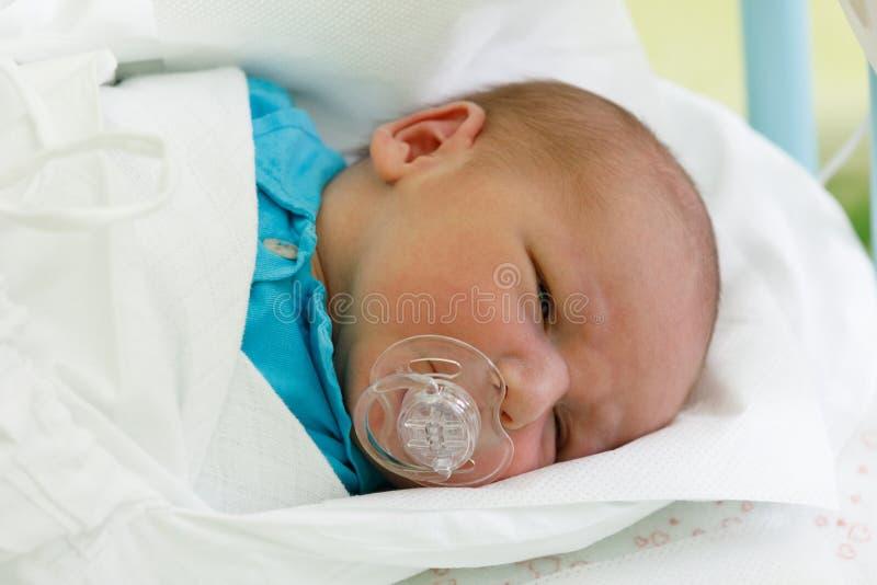 Niño recién nacido del bebé en el hospital fotografía de archivo libre de regalías