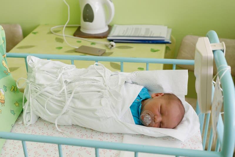 Niño recién nacido del bebé en el hospital fotografía de archivo