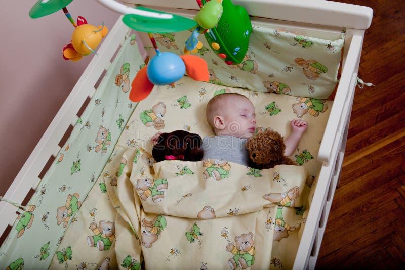 Niño recién nacido en pesebre de madera del co-durmiente Niño que duerme en cuna de la cabecera El co-dormir seguro en una choza  fotografía de archivo