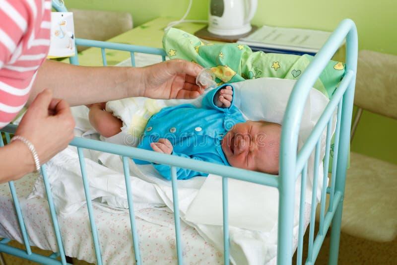 Niño recién nacido gritador del bebé en el hospital fotografía de archivo