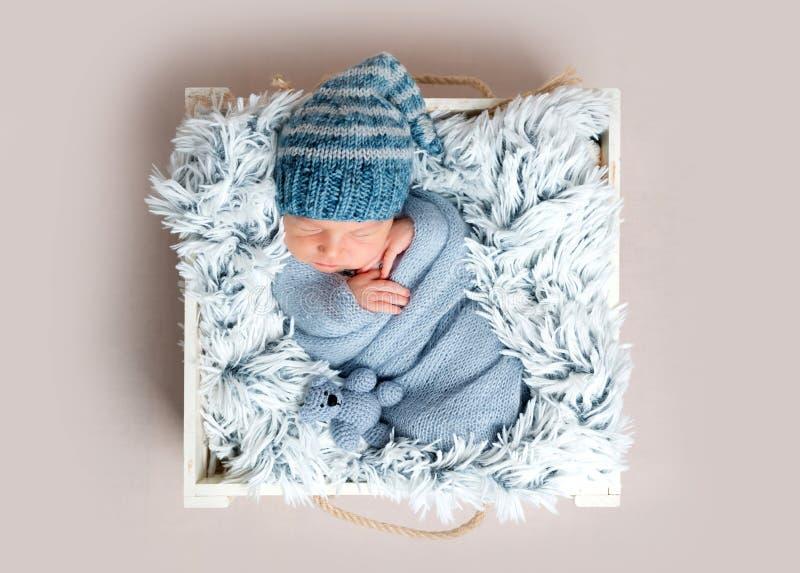 Niño recién nacido que duerme en caja entre las mantas azules fotografía de archivo libre de regalías