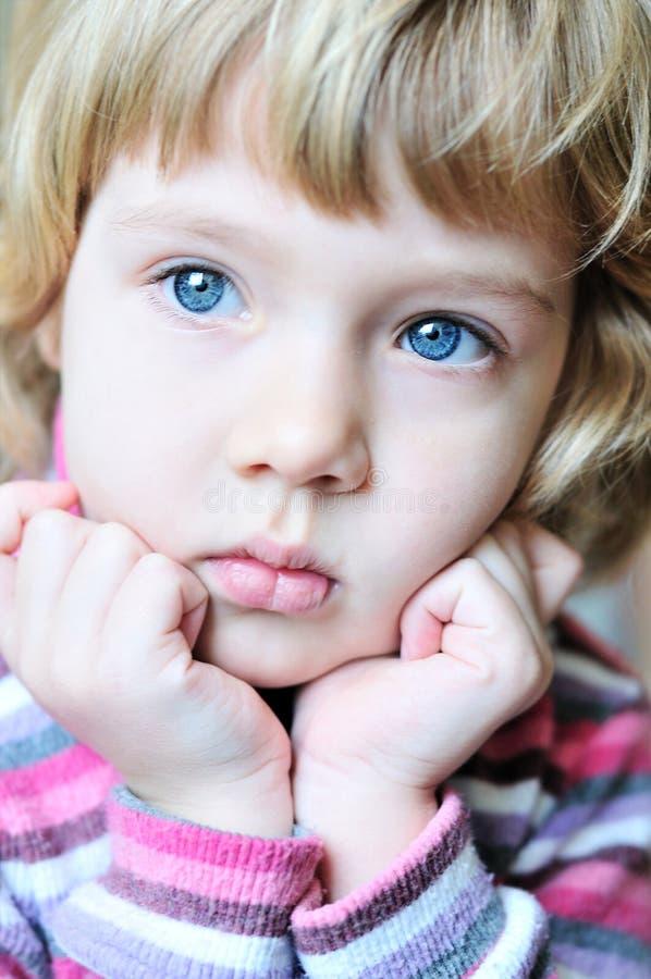 Niño rubio pensativo foto de archivo libre de regalías