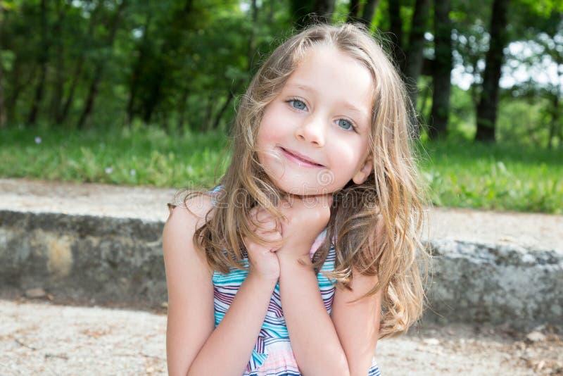 niño rubio y bonito de la niña dulce de la belleza fotos de archivo