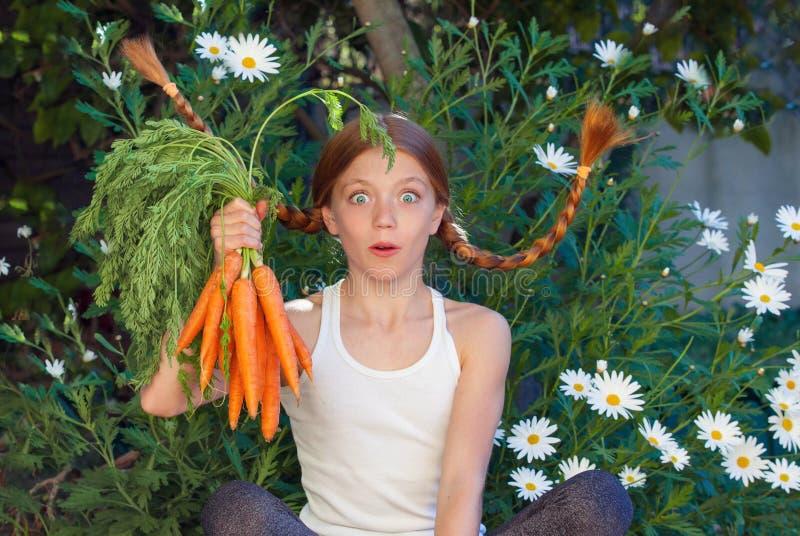 Niño sano con las zanahorias de las verduras imagen de archivo libre de regalías