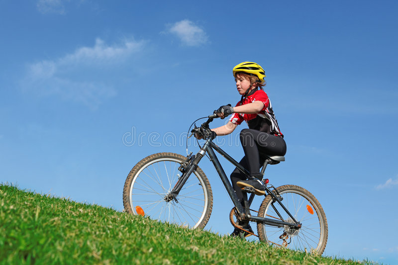 Niño sano que completa un ciclo en la bici fotos de archivo libres de regalías