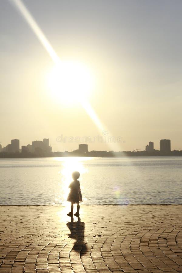 Niño solamente en un lago imágenes de archivo libres de regalías